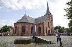 #Plön Man könnte meinen, es sei eine Mini-Ausgabe der Nikolaikirche: Das Wasserspiel auf dem Marktplatz erinnert im formalen Aufbau an die große Kirche im Hintergrund und setzt der Frömmigkeit des sakral...