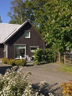 Dykarns Tvååker Located 25 km from Ullared, Dykarns offers pet-friendly accommodation in Tvååker. The unit is 7 km from Varberg. Free private parking is available on site.  An oven and a microwave can be found in the kitchenette and there is a private bathroom.