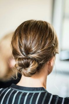 I love the look of a classic chignon – a low-slung bun with twists at the sides … - Hair Styles Classic Hairstyles, Chic Hairstyles, Pretty Hairstyles, Hairstyle Ideas, Easy Hairstyles For Work, Good Hair Day, Great Hair, Face Hair, Hair Dos