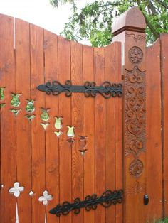 Garden Gates And Fencing, Driveway Gate, Woodworking Jigs, How To Antique Wood, Wood Art, Door Handles, Diy And Crafts, Carving, Yard