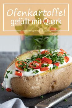Ofenkartoffel mit Quark und Salat schmeckt lecker und zählt zu den kalorienarme… Baked potato with quark and salad tastes delicious and is one of the low-calorie recipes. Here's our favorite recipe for baked potato out of the oven. Vegetarian Recipes Dinner, Easy Dinner Recipes, Easy Meals, No Calorie Foods, Low Calorie Recipes, Queijo Cottage, Salad Recipes, Snack Recipes, Delicious Recipes