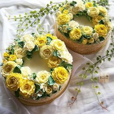 Delightful tonight. Wreath cake with normal buttercream flowers. #butterblossoms #buttercreamflower #delight #yellow #roses #tonight #cakeflowers #cakeinspiration