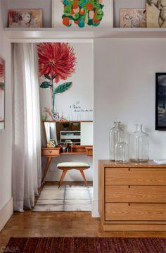 No closet, a flor na parede é um adesivo (Valentim & Diniz) que reproduz uma aquarela de José Antonio Almeida Prado, pai de Ana.