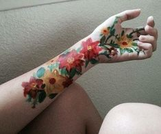 Painting on hand, painting flowers, back painting, drawings on hands Tattoo Main, 16 Tattoo, Flower Yellow, Art Hoe Aesthetic, Back Painting, Body Painting Art, Painting Tools, Shooting Photo, Belle Photo