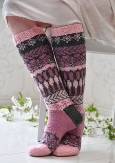 Tekstiiliteollisuus - teetee Pallas pattern in Finnish Fair Isle Knitting, Loom Knitting, Knitting Socks, Hand Knitting, Knitting Patterns, Wool Socks, Crochet Slippers, Knit Crochet, Shoes