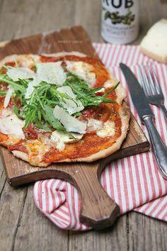 Pizza geht immer! Für mich am allerliebsten mit einem wunderbaren Vollkornteig, mit einer im Ofen gerösteten Tomatensauce, ein paar frischen Tomatenscheiben, Büffelmozzarella, wenig Parmaschinken, Cha