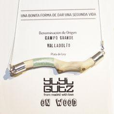 Collar hecho a mano con una rama de árbol rodeada de hilo. #yiyigutzonwood #madeinspain #design www.yiyigutz.com