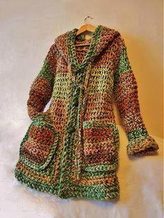 Háčkovaný kabátik so zapínaním na gomboše (drevené),dve supervrecká a obrovská kapucňoška....