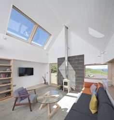 Set on the Isle of Skye, Scotland, this small holiday home has been completed the architecture firm Rural Design. The house, dubbed the Tinhouse thanks to Green Design, Unique Cottages, Design Simples, Luxury Holiday Cottages, Tin House, Rural House, Small House Plans, Living Room Modern, Planer