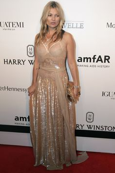 Kate Moss Photos Photos - Kate Moss attends the 5th Annual amfAR Inspiration Gala at the home of Dinho Diniz on April 10, 2015 in Sao Paulo, Brazil. - 5th Annual amfAR Inspiration Gala Sao Paulo - Arrivals