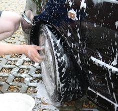 Auch das Auto braucht den Frühjahrsputz. Lesen Sie dazu Tipps im Seniorenblog:  http://der-seniorenblog.de/produkte-senioren/verbraucherinfos-sonderangebote/   Bild: BettinaF_pixelio.de