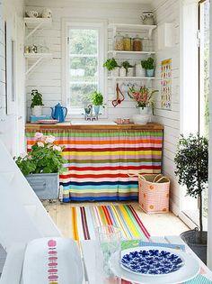 Madeira pintada de branca fica linda para receber móveis e objetos coloridos! Ideia legal para uma casa no campo.