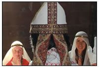 Unser Bischofsdarsteller hält eine private Messe in der Kapelle einer Burg.
