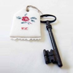 This is a beautiful idea for my old keys. Cross Stitch Rose, Cross Stitch Flowers, Cross Stitch Charts, Cross Stitch Patterns, Cross Stitching, Cross Stitch Embroidery, Embroidery Patterns, Hand Embroidery, Iron On Fabric