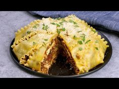 This Upside Down Lasagna is so delicious and always impresses with its round shape. See how to make it in half the time of a traditional lasagna recipe for t. Pasta Recipes, Beef Recipes, Chicken Recipes, Cooking Recipes, Crowd Recipes, Lasagna Recipes, Beef Dishes, Pasta Dishes, Italian Dishes