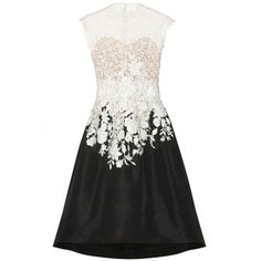 Im in love with this lace dress , Oscar de La Renta oeh lala ^•^