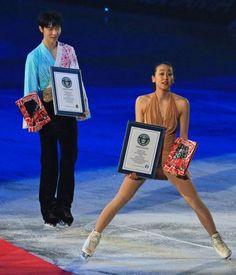フィギュアスケート男女ショートプログラム最高得点についてのギネス世界記録認定証を受け取り笑顔の浅田真央(右)と羽生結弦=国立代々木競技場で2014年4月11日、山本晋撮影