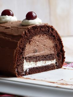 Black Forest Log for Christmas - Chic, chic, chocolate …: Log of the black forest for Christmas - Köstliche Desserts, Chocolate Desserts, Delicious Desserts, Yummy Food, Chocolate Log, Baking Chocolate, Xmas Food, Christmas Desserts, Christmas Baking