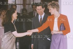 February 11 1992 Princess Diana shakes hands with Sonia Gandhi, widow of former Prime Minister Rajiv Gandhi, at her house in New Delhi, Charles And Diana, William Kate, Prince Charles, Prince And Princess, Princess Of Wales, Spencer Family, Family Family, Sonia Gandhi, Real Queens