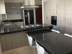 Una combinación entre granito Negro Absoluto y un color pre compuesto cenizo hacen que tu cocina se vea elegante y moderna