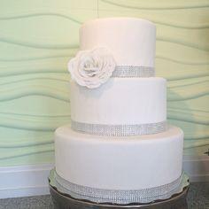 """#wedding #cake #sencillo #elegante #detalle #flor #azucar #tradicion #novias #fondant"""