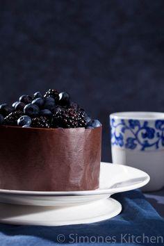 Chocolade taart met bosvruchten en hoe maak je een chocolade rand