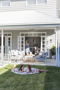 Hamptons style might reign supreme in this house, but its customised design and finishing touches add a new dimension to an eternal favourite. Exterior Paint Colors, Exterior House Colors, Exterior Design, Die Hamptons, Hamptons Style Homes, Style At Home, Weatherboard House, Queenslander, Facade House