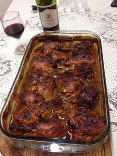 Receita de Coxa e Sobrecoxa Assada ao Vinho - azeite para regar o frango a gosto, margarina para untar a gosto, 100 gr de colorau, 2 unidades de cebola em c...