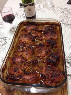 Coxa e Sobrecoxa Assada ao Vinho - 2,5kg de coxa e sobrecoxa, 1 garrafa de vinho tinto suave , 8 tabletes de caldo de galinha, 4 copos (de 200ml) de água ...