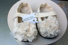 Love little girl shoes :) Little Girl Shoes, Cute Baby Shoes, Little Girl Outfits, Baby Girl Shoes, Cute Outfits For Kids, Girls Shoes, Fashion Shoes, Kids Fashion, Flower Girl Hairstyles