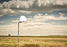 A NBA, liga de basquete profissional dos Estados Unidos, movimenta milhões de dólares a cada temporada. Longe das grandes arenas, a bola laranja é sinônimo de diversão para um número incontável de amantes do esporte, que não precisam de mais do que uma cesta para fazer pulsar o amor pelo jogo. O fotógrafo Rob Hammer é um entre tantos fãs de basquete dos EUA. Há alguns anos, sua mãe lhe deu de presente a biografia de Larry Bird, ídolo do Boston Celtics na década de 1980. Foi lendo o livro que…