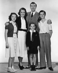 Judy Garland, Mary Astor, Walter Pidgeon, Freddie Bartholomew, and Scotty Beckett in Listen, Darling (1938).