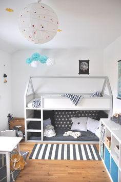 IKEA Hack: Kura Bett von IKEA wird Hausbett für Kinder. Ein cooles selbstgebautes Hochbett mit Dach in grau gestrichen. DIY via @deuxpardeuxKIDS