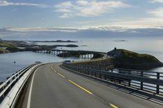 Die perfekte Strasse für einen Roadtrip bietet die Atlantikstraße. Sie ist ein Abschnitt der norwegischen Reichsstraße 64, verläuft über mehrere kleine Inseln und liegt im Fylke Møre og Romsdal, zwischen Molde und Kristiansund.