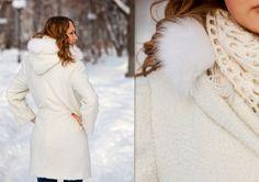 Женское демисезонное пальто выполнено из плотного буклированного полушерстяного трикотажного полотна белого цвета.