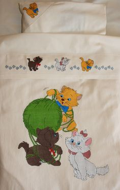 Corredo Aristogatti - Dall'album di Sabinam Disney Cross Stitch Patterns, Aristocats, Quilted Bag, Le Point, Cross Stitch Embroidery, Bed Sheets, Needlework, Cartoon, Knitting