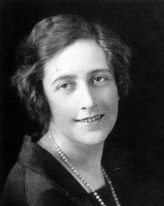 Agatha Christie, (Torquay, 15 de septiembre de 1890-Wallingford, 12 de enero de 1976). Escritora británica especializada en el género policial, por cuyo trabajo tuvo reconocimiento a nivel internacional. Además de 66 novelas policiales, también publicó seis novelas rosas bajo el seudónimo de Mary Westmacott y 14 historias cortas.