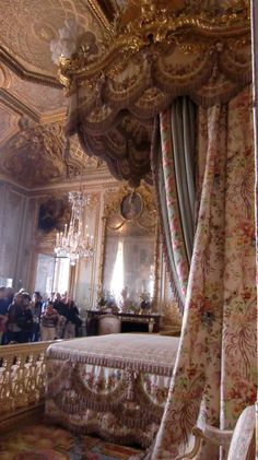 Royal bedroom, Chateau de Versailles Chateau Versailles, Palace Of Versailles, Beautiful Buildings, Beautiful Castles, Louis Xiv, Palace Interior, Luxury Interior, Luxurious Bedrooms, Royal Bedroom