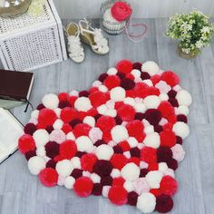 Pom-pom rug round - Find here is this project and numerous other free charts, embroidery patterns and step-by-step instructions for embroidery. Cost Of Carpet, Diy Carpet, Rugs On Carpet, Modern Carpet, Carpets, Diy And Crafts, Arts And Crafts, Pom Pom Rug, Pom Poms