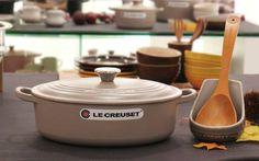 【Le Creuset 限定セット】秋の夜長に大切な人たちとお鍋を囲みませんか? 限定カラーのココット・オーバル・ジャポネーズとレードル・スタンド、メープル・ウッド・スプーン(L)のセットが登場です。http://ow.ly/qgOJl