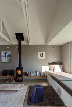 Raked ceiling, exposed trusses, low ceiling over daybed defining space Henri Sayes Architect own home Architectural Features, Architectural Digest, Exposed Trusses, Raked Ceiling, New Zealand Houses, Suburban House, Starter Home, Living Room Pictures, Mid Century House