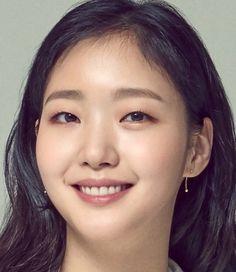 Kim Go Eun (김고은); Kim Go Eun is a South Korean actress. Kim Go Eun Hair, Korean Actresses, Korean Actors, Korean Beauty, Asian Beauty, Kim Go Eun Goblin, Kim Go Eun Style, Kdrama, Monolid Makeup