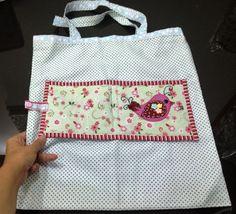 Acompanhe o passo à passo de como fazer uma bolsa carteira com aplique em tecido.