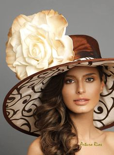 Beige/Brown kentucky derby hat couture hat derby hatclassic See other ideas and pictures from the category menu…. Kentucky Derby Fashion, Kentucky Derby Hats, Fancy Hats, Cool Hats, Big Hats, Chapeaux Pour Kentucky Derby, Idda Van Munster, Derby Outfits, Fedora Hat Women