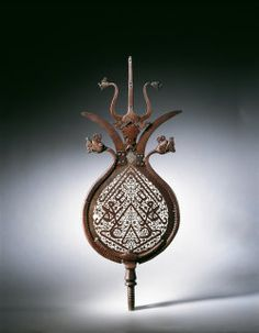 This standardwas made from a pear-shaped sheet of steel ending in two divergent outgrowths alluding to the two tips of the Dhu'l-fiqar sword.