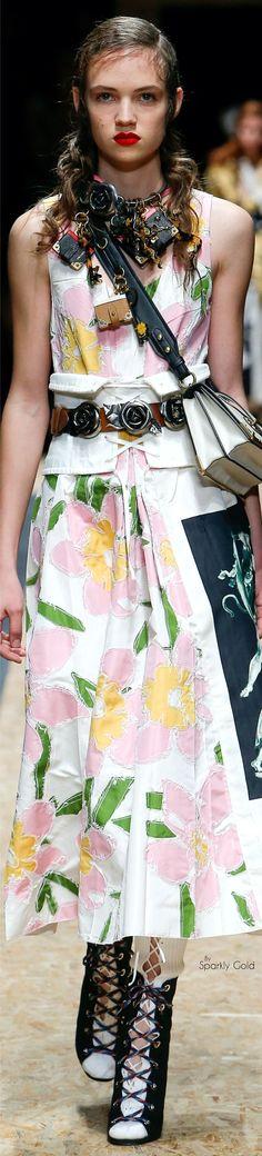 Prada Fall 2016 Ready-to-Wear Fashion Show High Fashion Outfits, Love Fashion, Fashion Show, Floral Fashion, Fashion Walk, Fashion 2016, Women's Dresses, Casual Dresses, Pretty Dresses