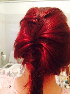 Adoro i capelli rossi, forti e decisi! Una treccia è un modo elegante per valorizzarli ancora di più!