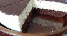 Túró Rudi torta recept: Ezt a Túró Rudi tortát ajánlom azoknak, akik szeretik a Túró Rudit, elkészítenék otthon, de nincs kedvük a csokiba mártással szöszölni. Mert ez a torta szerintem nagyon gyorsan készen van, ráadásul nagyon finom is. Nálunk sokszor lesz, vendég azt hiszem.
