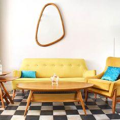 En Deciro nos gusta jugar.  Acá te mostramos una living totalmente Retro-Vintage con un touch ecléctico.   Back to 1950    #vintage #livingroom #living #deco #decoracion #interiordesign #interior #woodwork #wood #furniture #muebles #mueble #carpinteria #sillon #silla #mesa #retro #retrovintage Mesa Retro, Interiores Design, Love Seat, Couch, Photo And Video, Furniture, Vintage, Home Decor, Amor