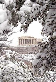Acropolis under the snow, Athens, Greece. Greece is absolutely gorgeous but this is just BEAUTIFUL! Mykonos, Santorini, Winter Szenen, Winter Travel, Winter 2017, Winter Time, Places In Greece, Athens Greece, Athens Beach